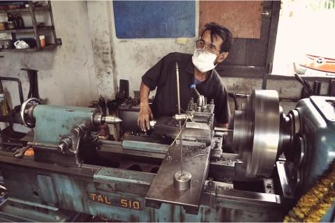 open air thai machine shop, lathing down axle diameter by 0.1mm